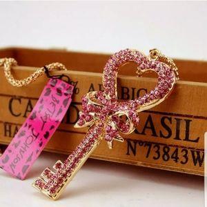 NWOT-Rhinestone Heart-shaped key necklace